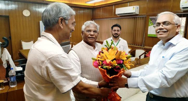 Sh. Ratan Lal Katariya Hon'ble MoS for Ministry of Jal Shakti being greeted by Chairman, CWC and Member(RM), CWC